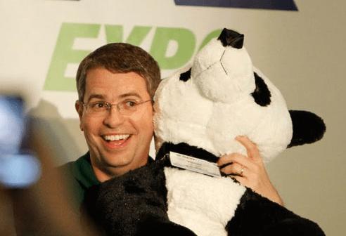 Мэтт Каттс с пандой на руках